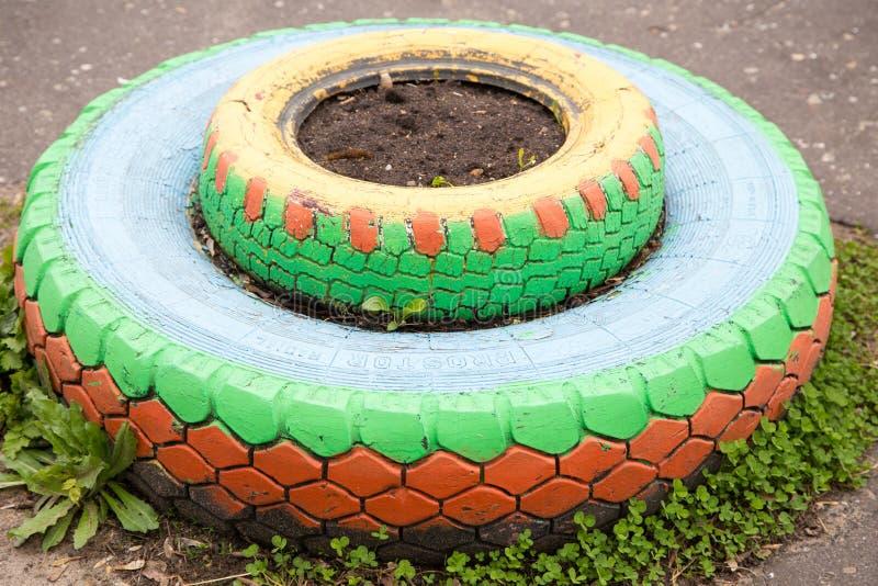 Cama de flor dos pneus fotografia de stock royalty free