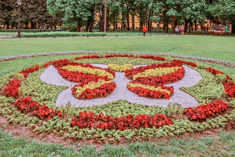 Cama de flor no parque perto de Isaac, St Petersburg, Rússia imagens de stock