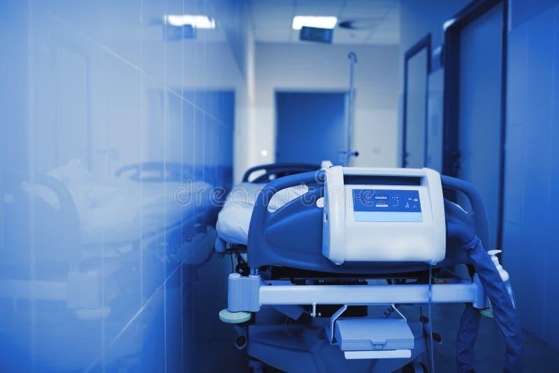 Cama de hospital em uma sala fria imagens de stock royalty free