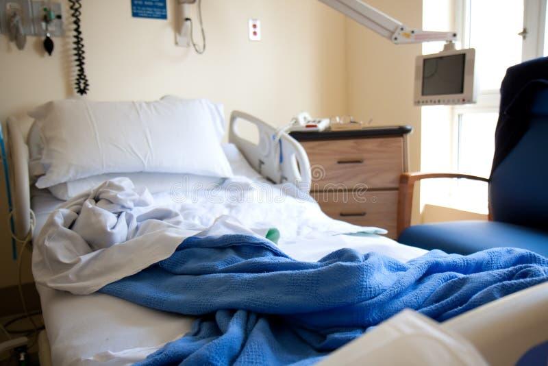 Cama de hospital vazia fotografia de stock