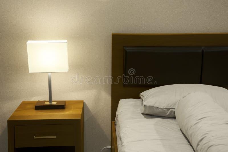 Cama de la comodidad en el dormitorio del hotel imagen de archivo libre de regalías