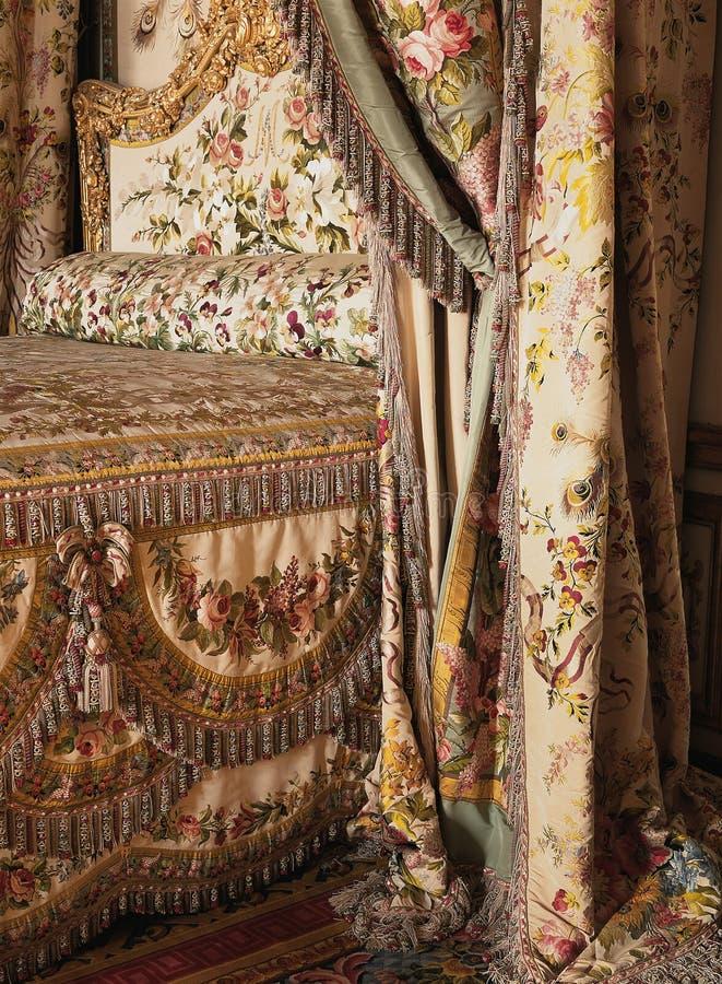 Cama de la reina Marie Antoinette en el palacio de Versalles imagen de archivo