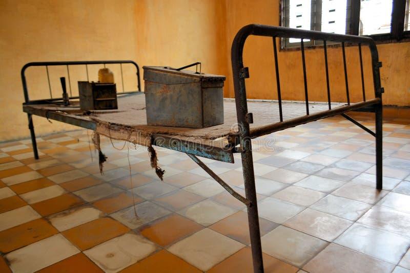 Cama de la tortura del Khmer del Res en celda de prisión fotos de archivo