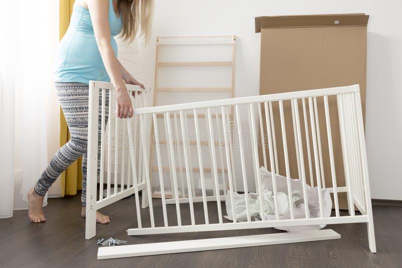 Cama de montagem da mulher gravida para o bebê expectante imagens de stock