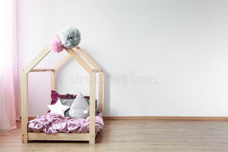 Cama de Scandi en dormitorio del ` s de la muchacha fotos de archivo libres de regalías