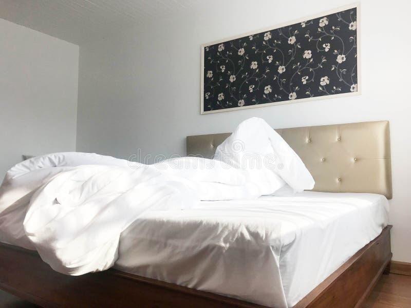 Cama del hotel o dormitorio sucia o sin hacer de la casa, diseño interior imagenes de archivo