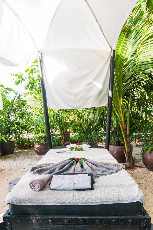 Cama del masaje por la playa fotografía de archivo