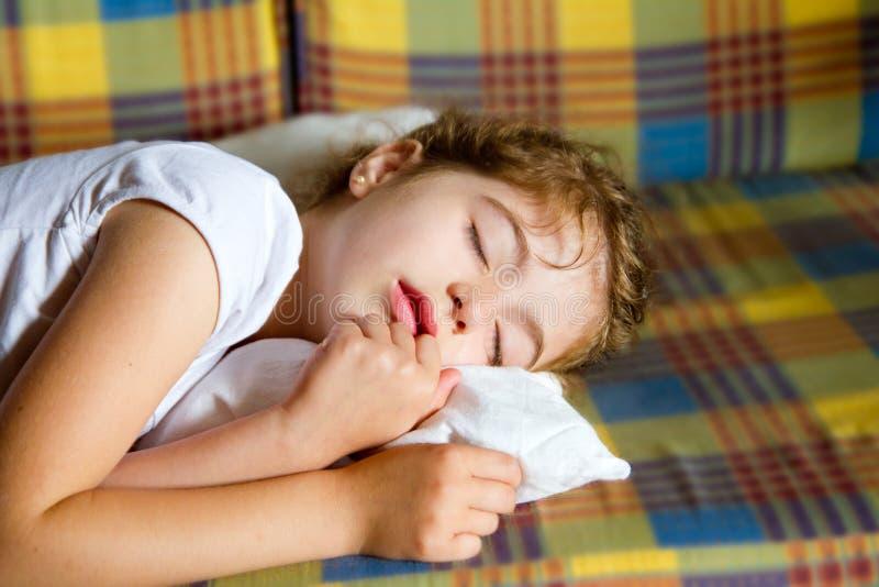 Cama do sono da menina da criança no quilt retro do vintage imagem de stock