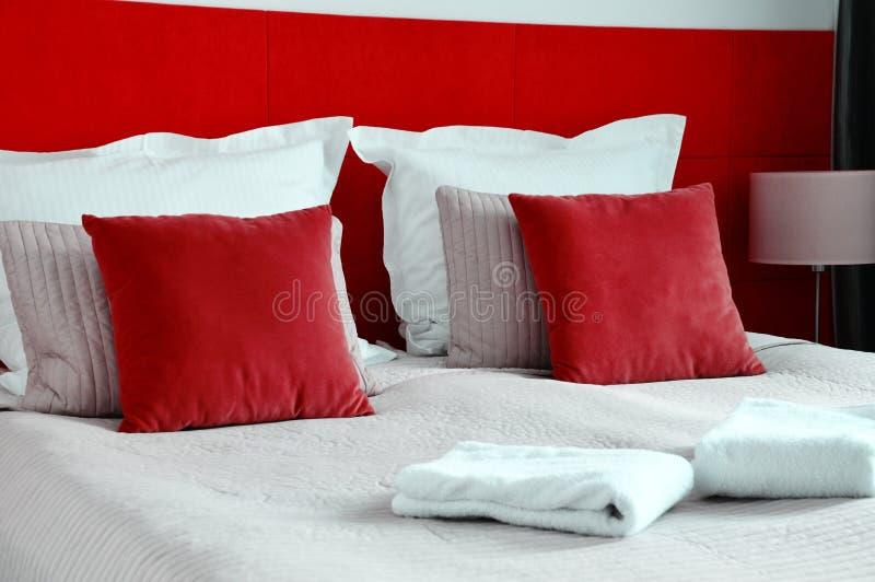 Cama dobro no quarto de hotel acomodação foto de stock royalty free