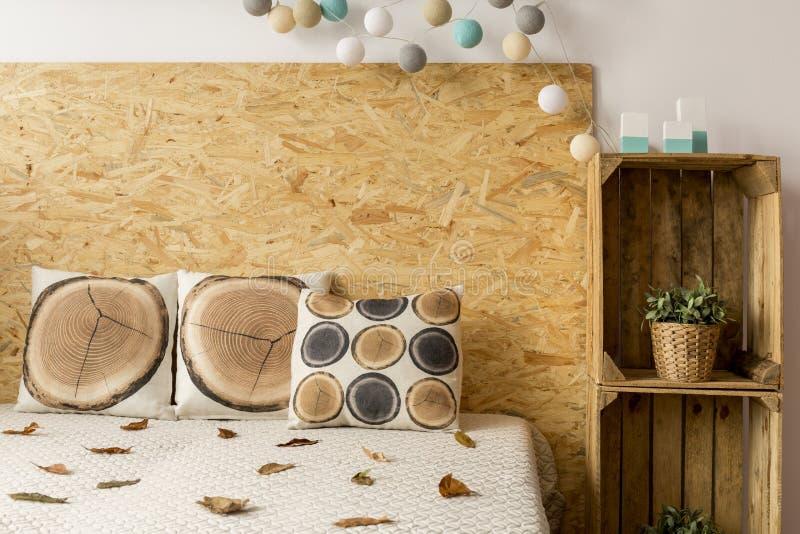 Cama e caixas de madeira imagens de stock royalty free