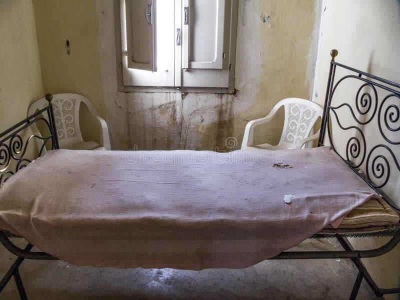 Cama e colchão arruinados na sala ruinoso fotos de stock