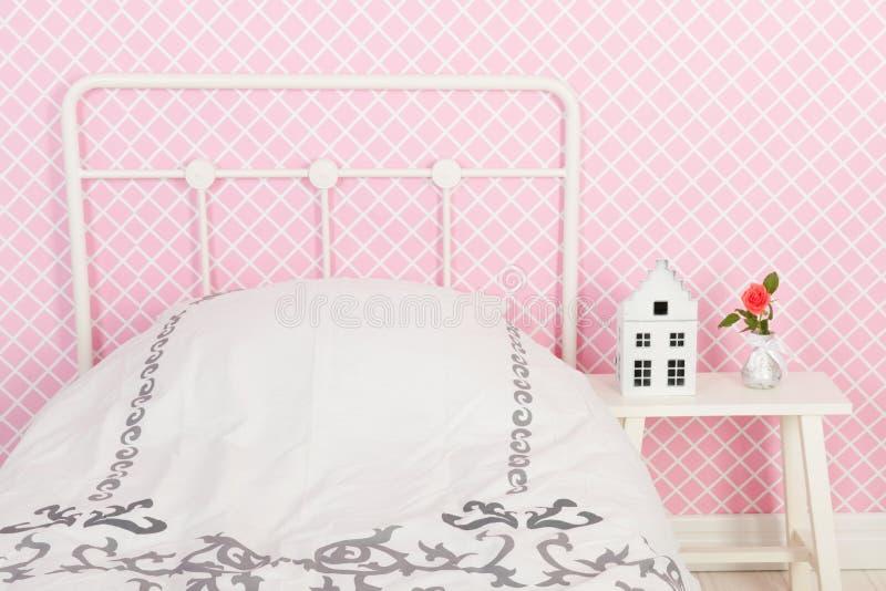 Cama en interior rosado fotografía de archivo libre de regalías