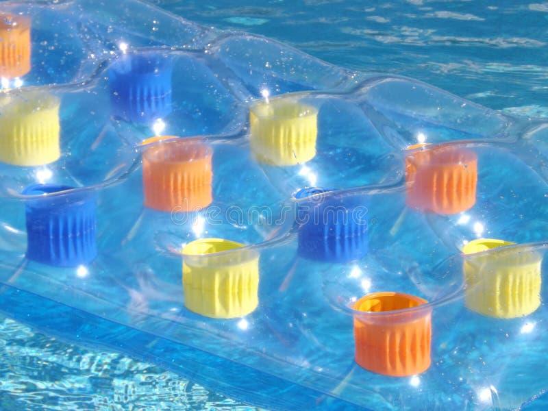 Cama inflable en piscina imagen de archivo libre de regalías