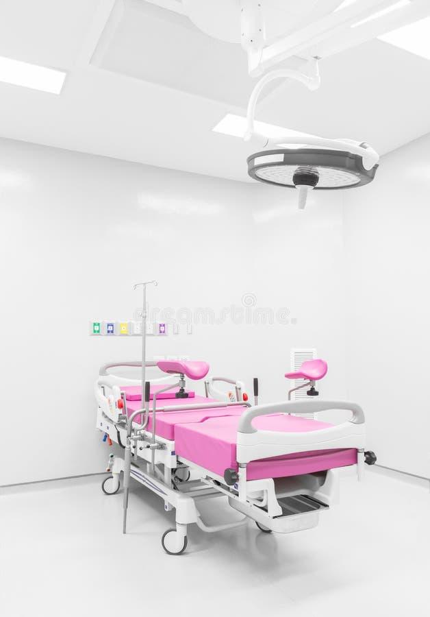 Cama médica na sala labour no hospital moderno fotografia de stock