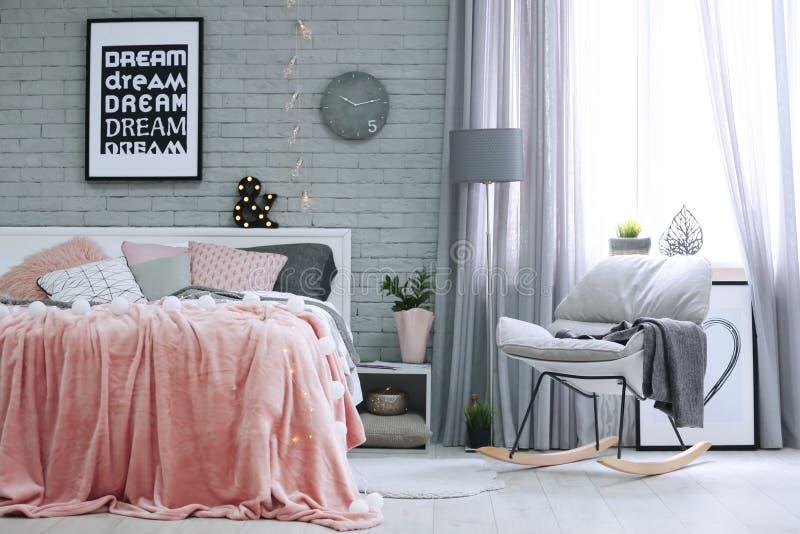 Cama macia confortável com descansos foto de stock royalty free