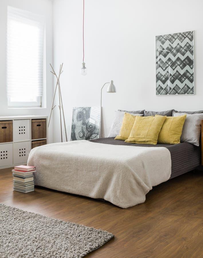 Cama marital no quarto confortável fotografia de stock royalty free