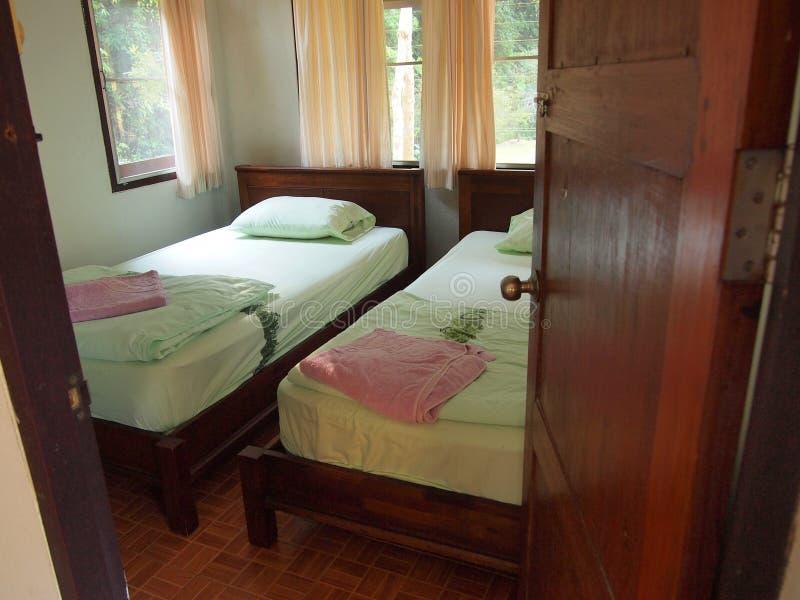 Cama moderna vacía en dormitorio foto de archivo