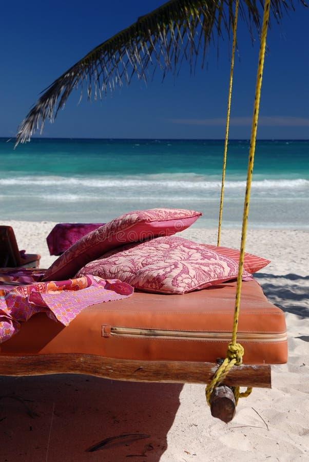 Cama na praia tropical fotografia de stock royalty free