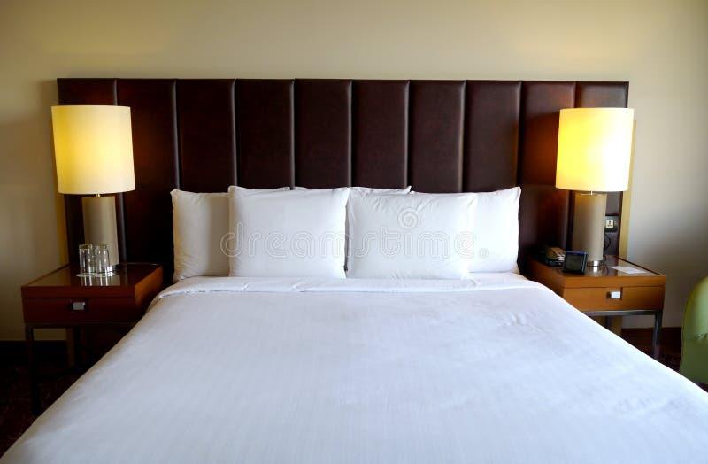 Cama perfeita no hotel foto de stock royalty free