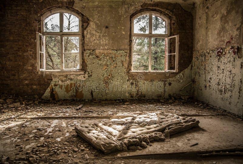 Cama quebrada, colchão no hospital abandonado e sanatório Beelitz Heilstätten perto de Berlim imagens de stock royalty free