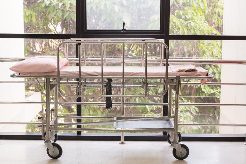 Cama vacía en el departamento de emergencia del hospital Sala privada de lujo Sitio de hospital equipado Imagen para el ejemplo stock de ilustración