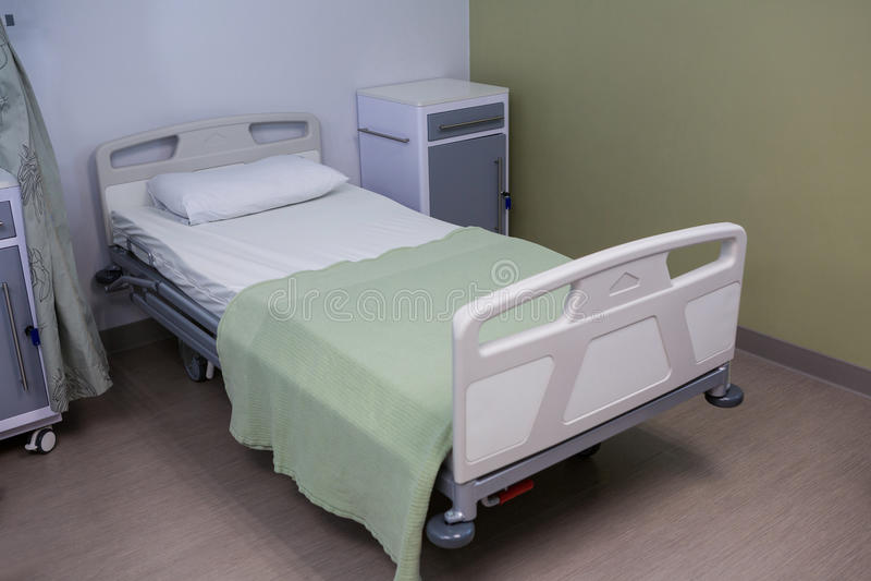 Cama vacía en sala en el hospital fotografía de archivo