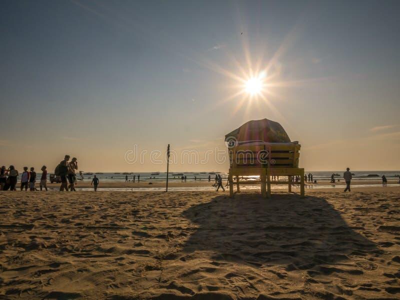 cama y paraguas de la playa fotos de archivo
