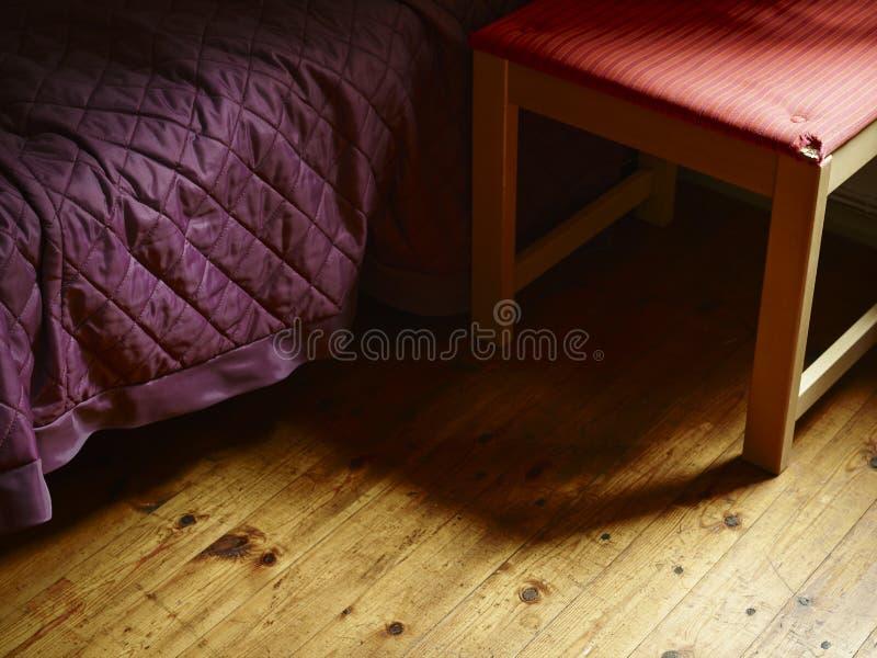 Cama y silla imagenes de archivo