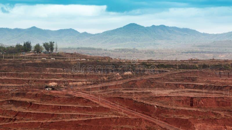 Camada à terra de mineração do lignite e de maquinaria de mineração Muito tr grande fotografia de stock royalty free