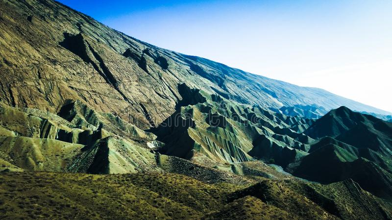 Camadas coloridas da crosta de terra, montanhas rochosas multi-mergulhadas fotos de stock royalty free