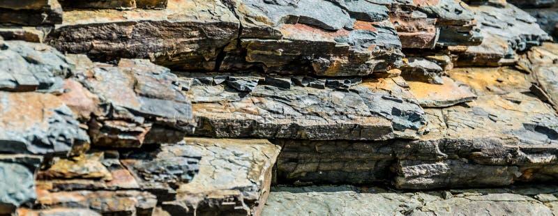 Camadas de formações de rocha Textura larga do fundo imagens de stock