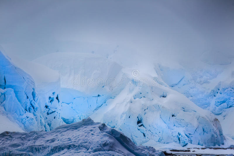 Camadas de iceberg azul imagens de stock royalty free