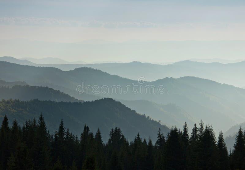 Camadas de montanha e de embaçamento nos vales fotos de stock royalty free