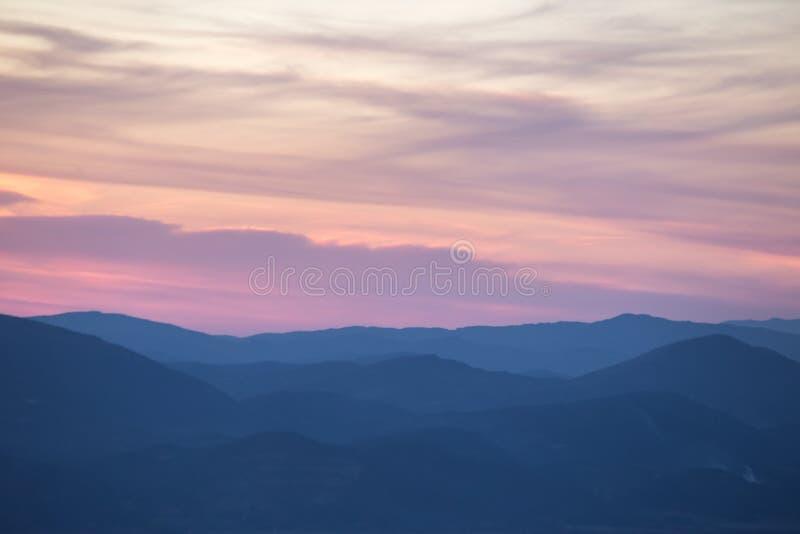 Camadas de montes de ana das montanhas no por do sol, com tom morno e macio imagem de stock royalty free