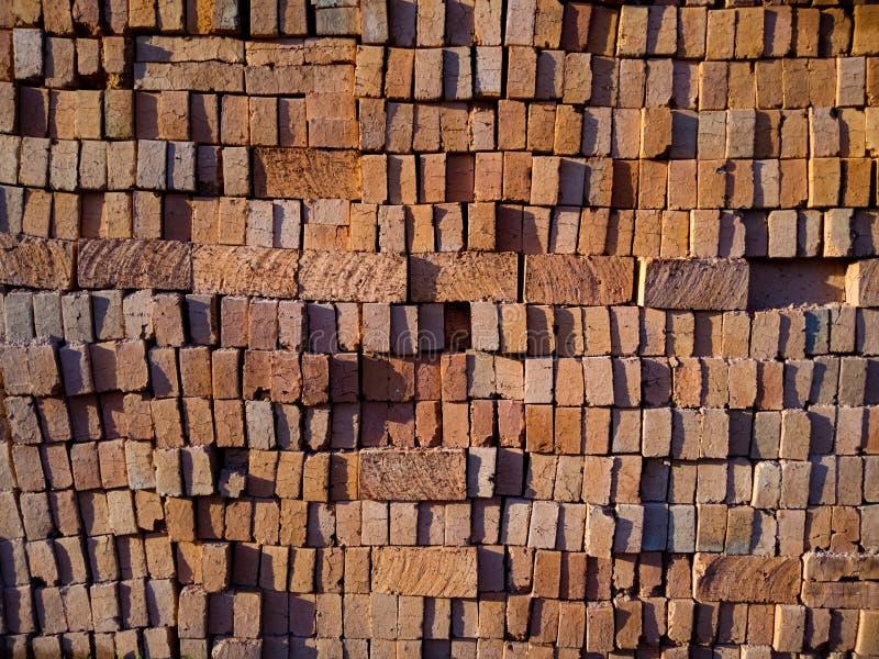 Camadas de tijolos usados em construir casas tradicionais em Indonésia, em alinhadores longitudinais e em texturas, superfícies,  imagens de stock royalty free