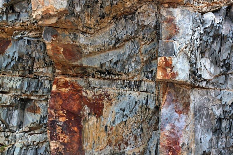 Camadas Geological de terra - fundo mergulhado da rocha imagem de stock royalty free