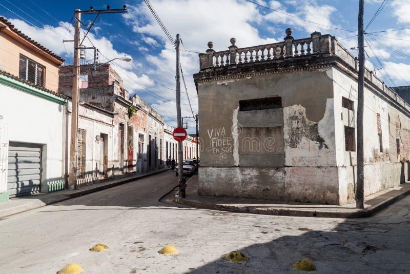 CAMAGÜEY, CUBA - 25 DE ENERO DE 2016: Vista de una calle en Camagüey El texto dice: Viva de largo de Fidel en sus 8 foto de archivo