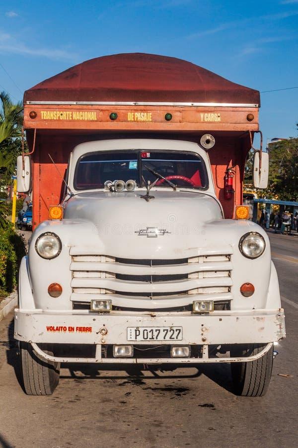 CAMAGSUEY, CUBA - 25 JANVIER 2016 : Vieux camion de Chevrolet sur une rue à Camagsuey Les camions servent souvent de transport de photo libre de droits