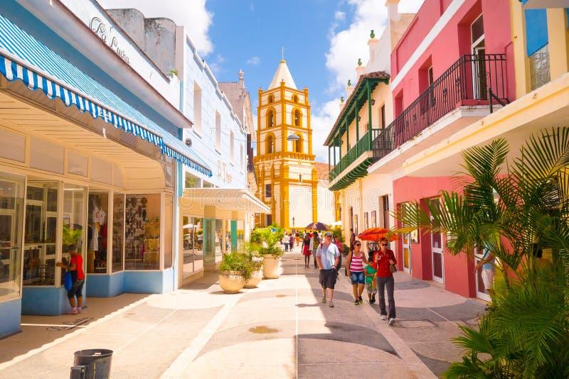 CAMAGUEY, КУБА - 4-ОЕ СЕНТЯБРЯ 2015: Взгляд улицы центра города наследия ЮНЕСКО стоковые изображения