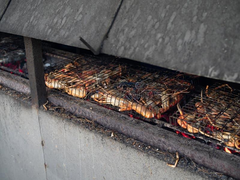 Camarões que são fogão grelhado do carvão vegetal do ‹do on†imagens de stock royalty free