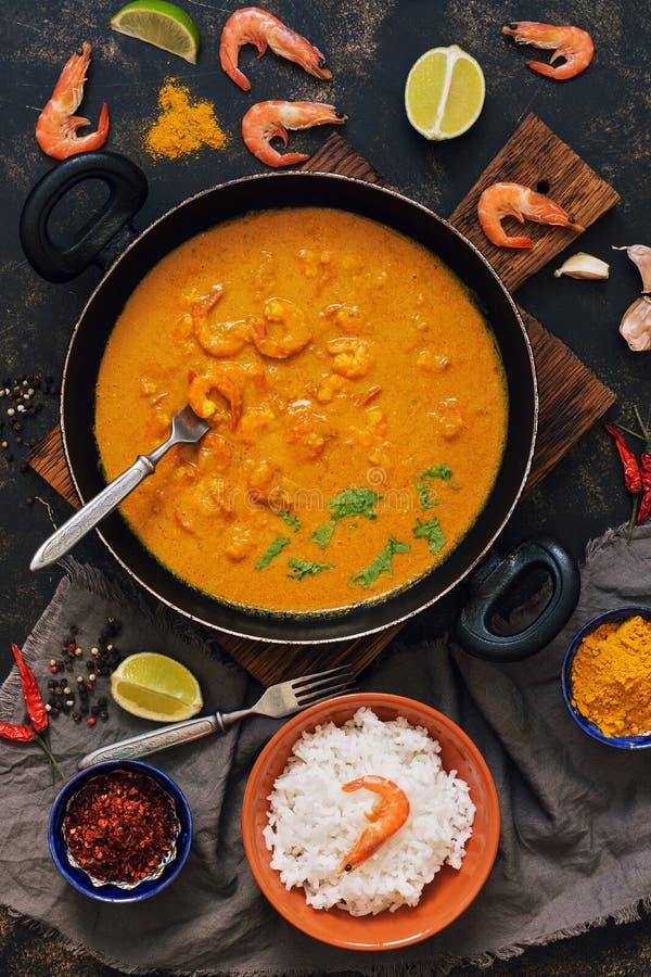 Camarão asiático do alimento no molho, no arroz e nas especiarias de caril Prato indiano ou tailandês Vista de acima foto de stock royalty free