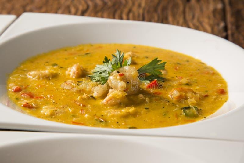 Camarão Bobo - um prato brasileiro do camarão em um puro da mandioca mea imagens de stock