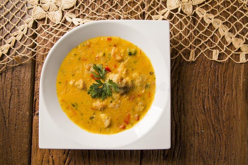 Camarão Bobo - um prato brasileiro do camarão em um puro da refeição da mandioca e do leite de coco imagens de stock