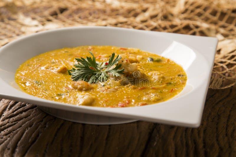 Camarão Bobo - um prato brasileiro do camarão em um puro da refeição da mandioca e do leite de coco foto de stock