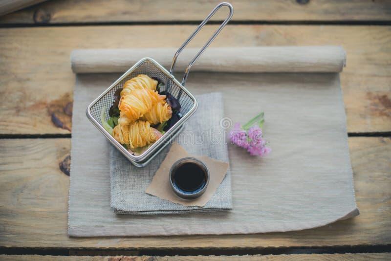 Camarão com o córrego da batata com molho de soja e detalhe da flor fotografia de stock
