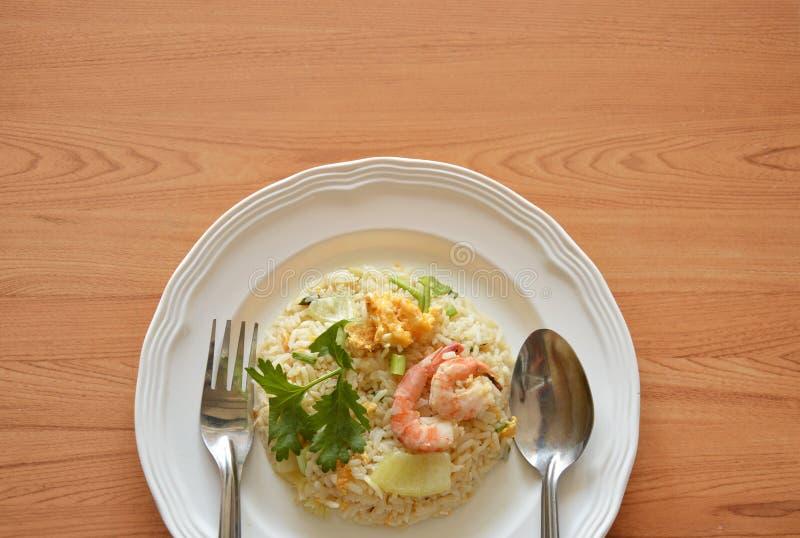 Camarão da cobertura do ovo do arroz fritado com colher e forquilha na placa imagem de stock