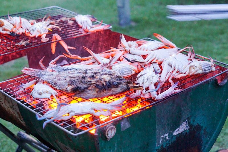 Camarão da grade que cozinha o marisco dos caranguejos imagem de stock royalty free