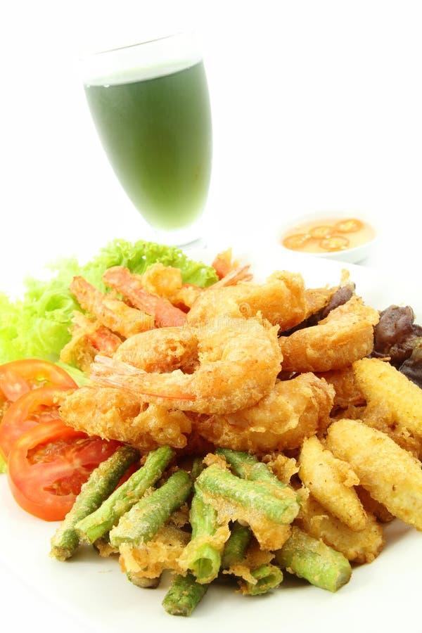 Camarão e vegetal fritado. foto de stock