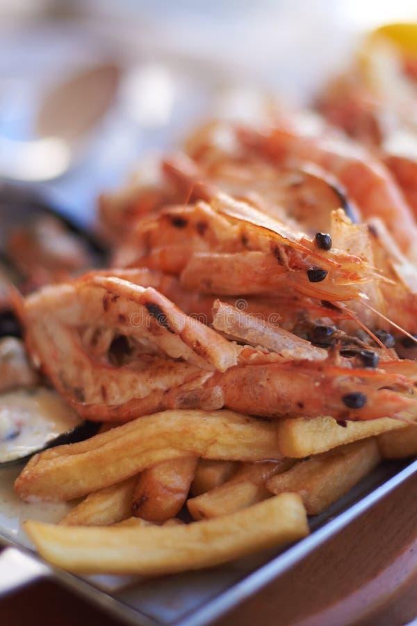 Camarão fritado camarão-delicioso fritado com alface na placa branca fotografia de stock