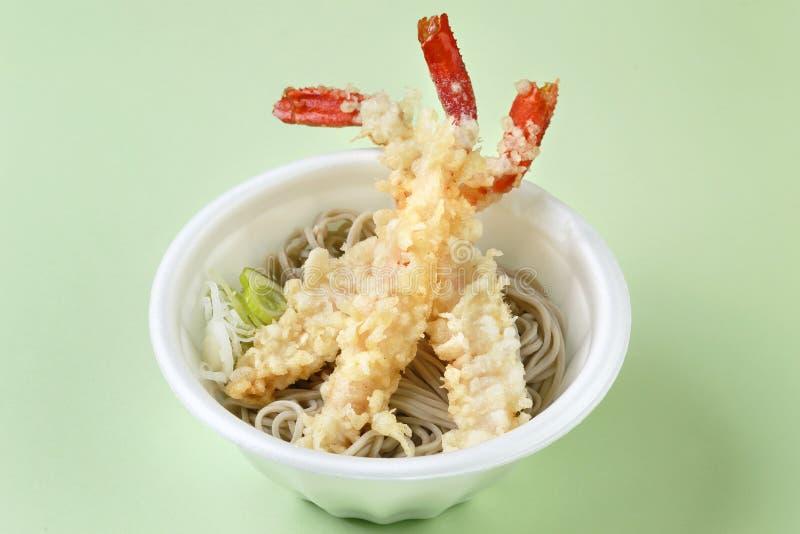 Camarão fritado do tempura com o macarronete na bacia branca fotografia de stock royalty free